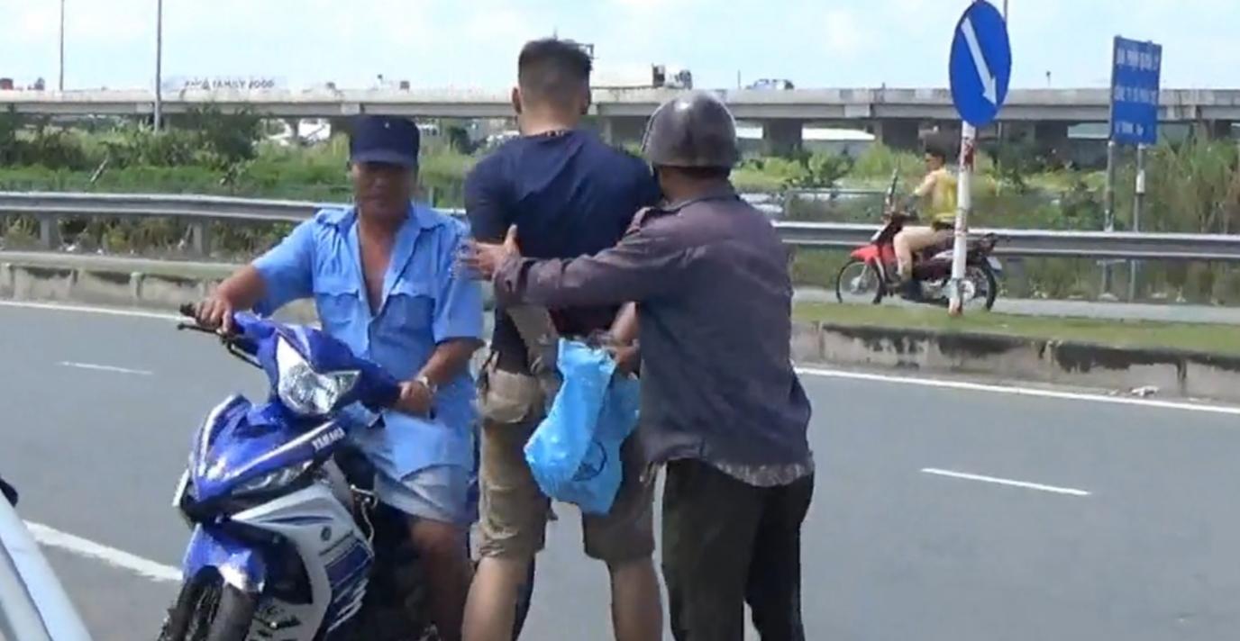 Một đối tượng trộm bị người dân bắt quả tang