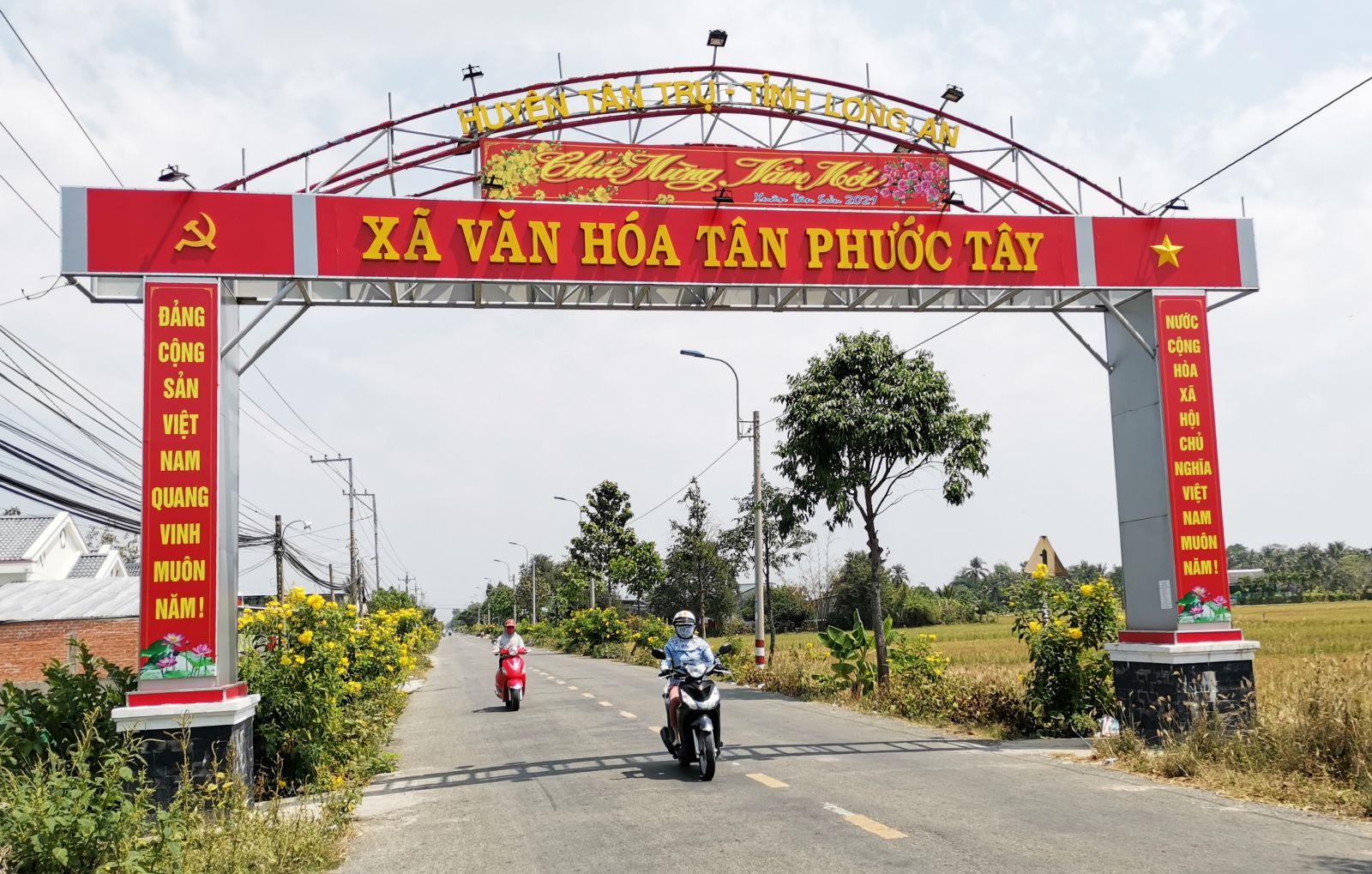 Xã Tân Phước Tây hoàn thành 19/19 tiêu chí và được công nhận đạt chuẩn nông thôn mới năm 2020. Nhờ làm tốt công tác dân vận, diện mạo nông thôn Tân Phước Tây có nhiều đổi mới