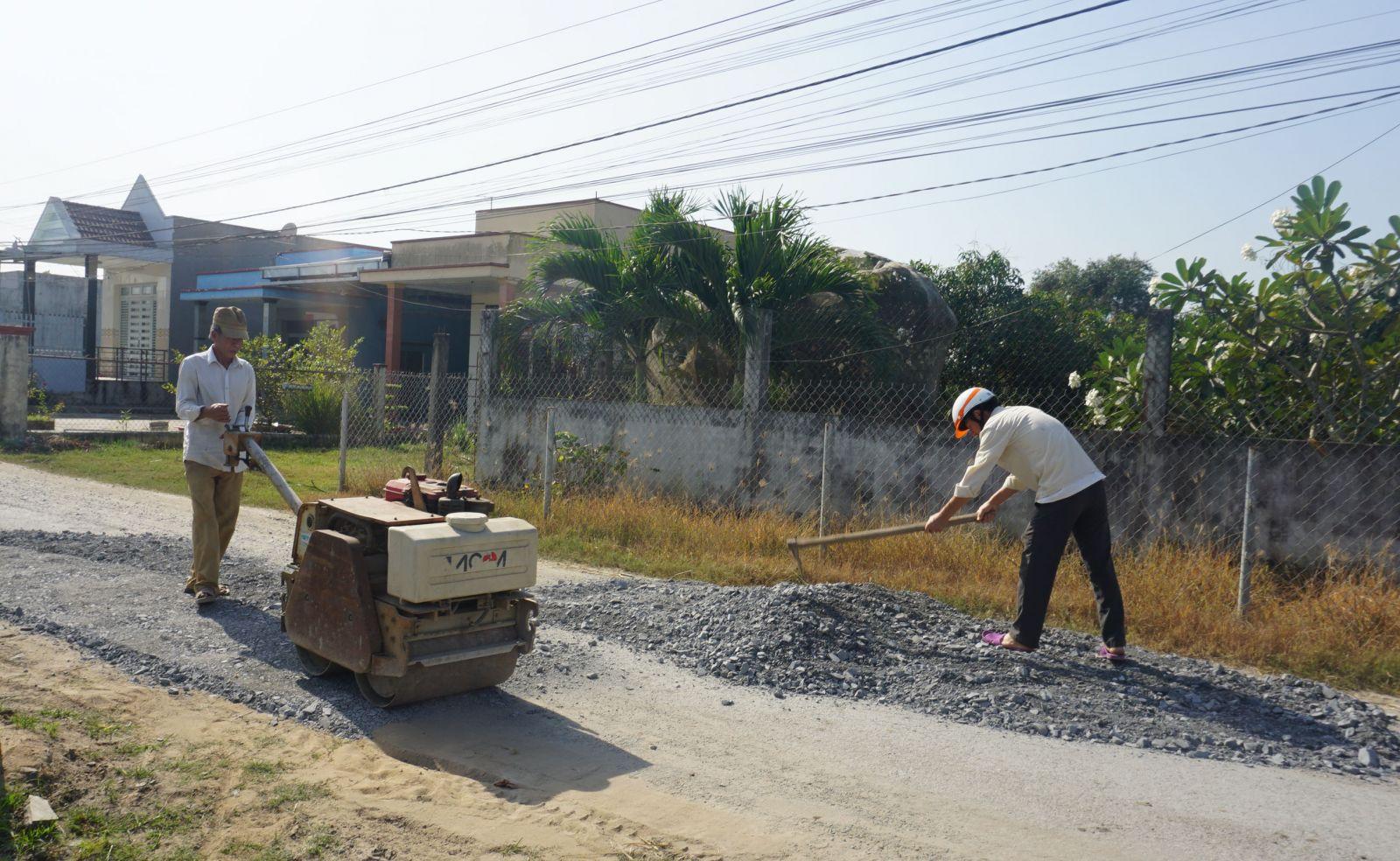 Ông Nguyễn Công Lao giặm vá đường tự nguyện hơn 10 năm qua