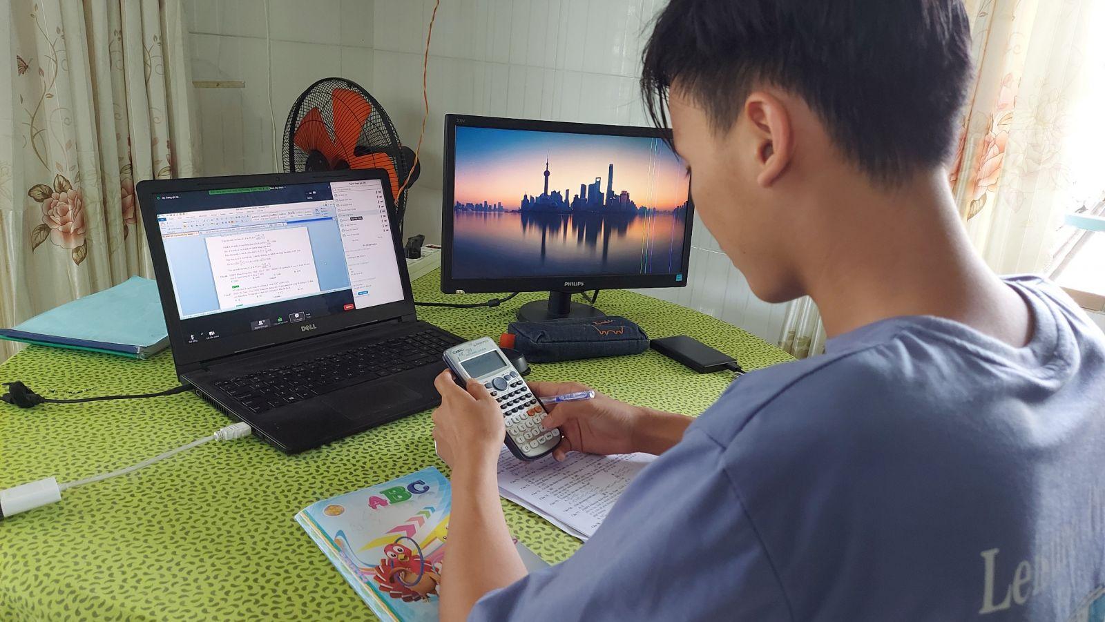 Mặc dù nghỉ học để phòng, chống dịch nhưng nhiều học sinh vẫn duy trì thói quen tự học và tham gia học trực tuyến tại nhà