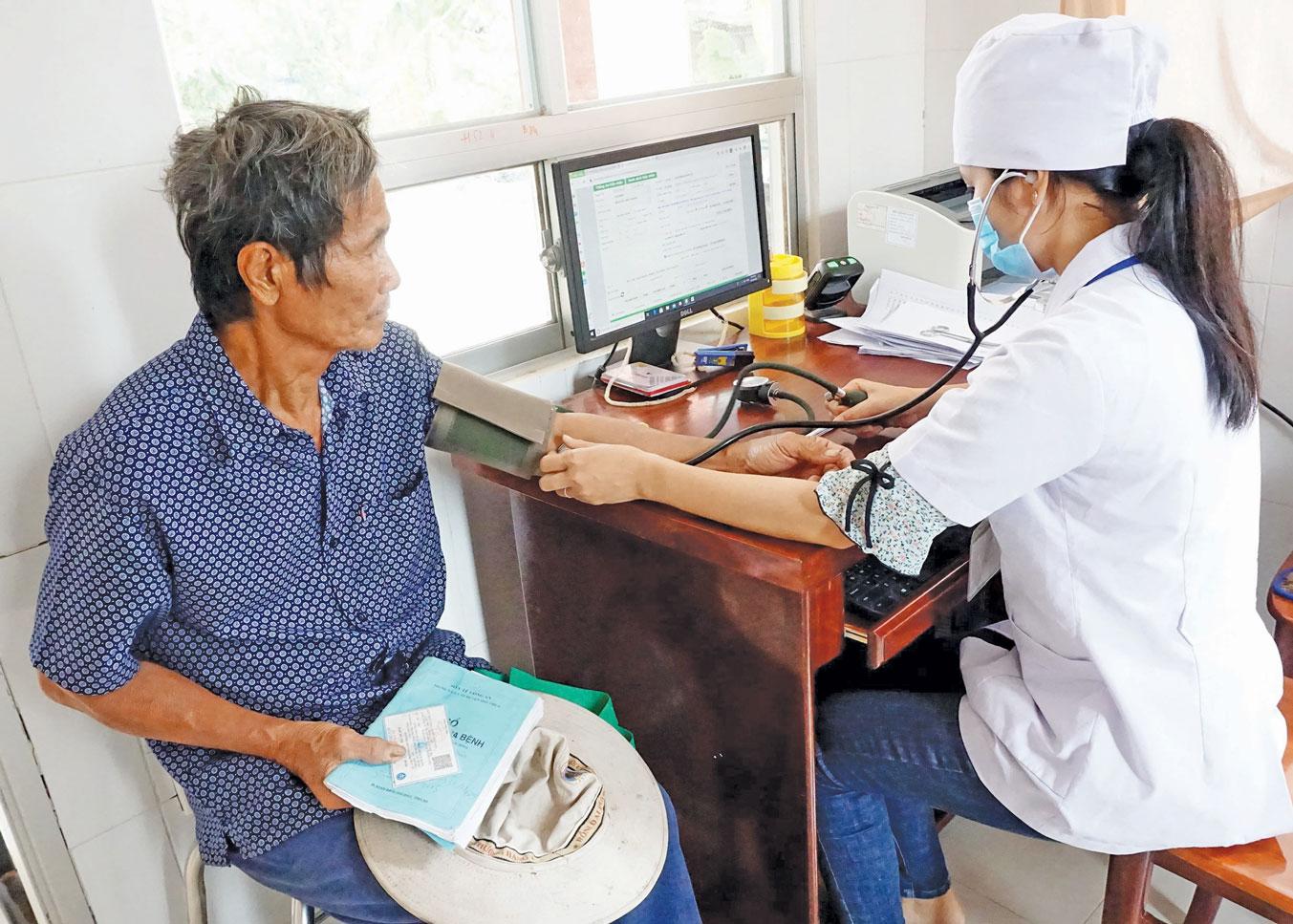 Người dân đến khám bệnh tại Trạm Y tế xã Long Thạnh