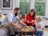 Làm thế nào để gắn kết tình cảm các thành viên gia đình khi ở nhà?