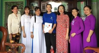 Chủ tịch Hội Liên hiệp Phụ nữ Việt Nam tỉnh Long An thăm nữ tân binh lên đường nhập ngũ