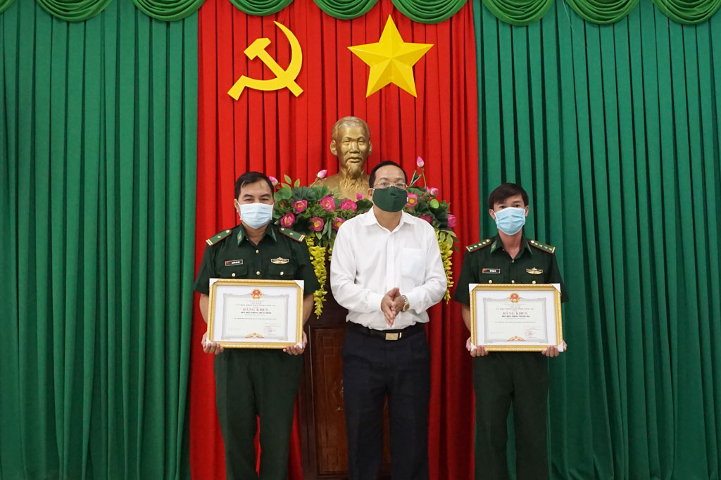 Agencies that greatly triumphed in the task of COVID-19 prevention and control receive certification from the Chairman of the provincial People's Committee