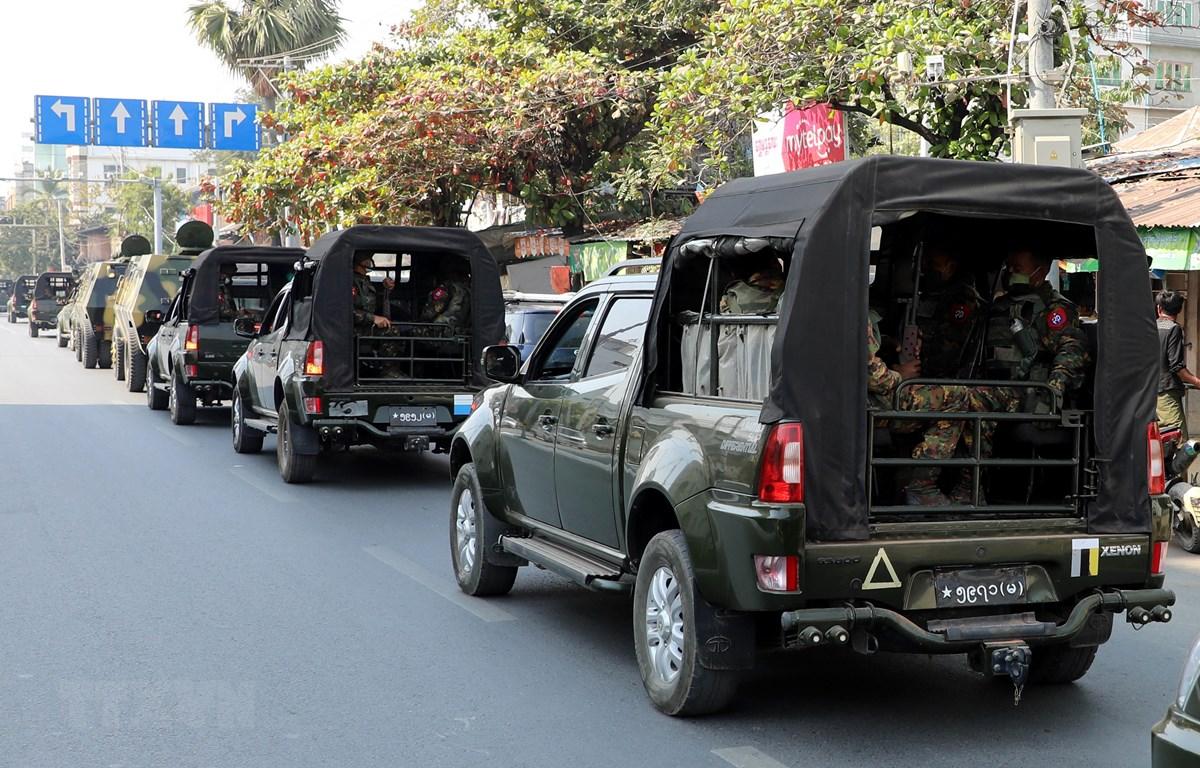 Xe quân sự tuần tra trên đường phố tại Mandalay, Myanmar, ngày 3/2/2021. (Ảnh: AFP/TTXVN)
