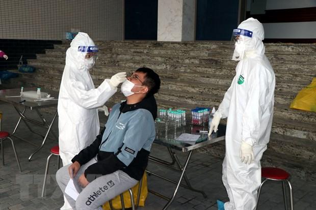 Lấy mẫu xét nghiệm SARS-CoV-2. (Ảnh: Mạnh Tú/TTXVN)