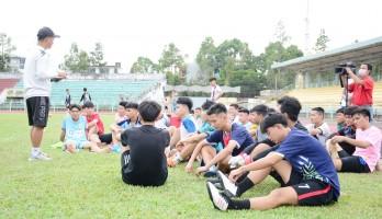 Hơn 100 cầu thủ bóng đá đến ghi danh vào đội U17 Long An