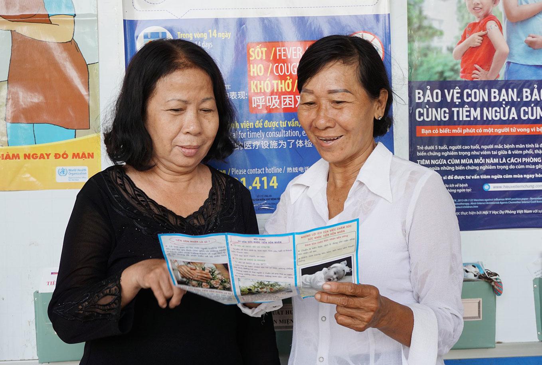 Hơn 24 năm làm công tác dân số, chị Ngô Thị Bạch Tuyết (bên phải) luôn hết mình với công việc được giao
