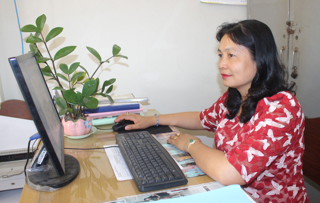 Chị Nguyễn Thị Ngọc Hạnh luôn cống hiến hết mình vì công việc và hoàn thành tốt nhiệm vụ được giao