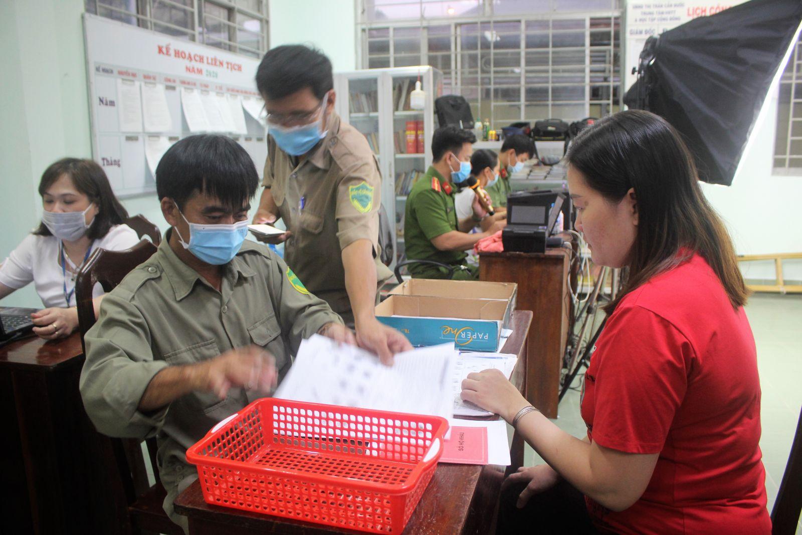 Cán bộ, chiến sĩ Công an huyện Cần Đước tận tâm hướng dẫn người dân làm căn cước công dân