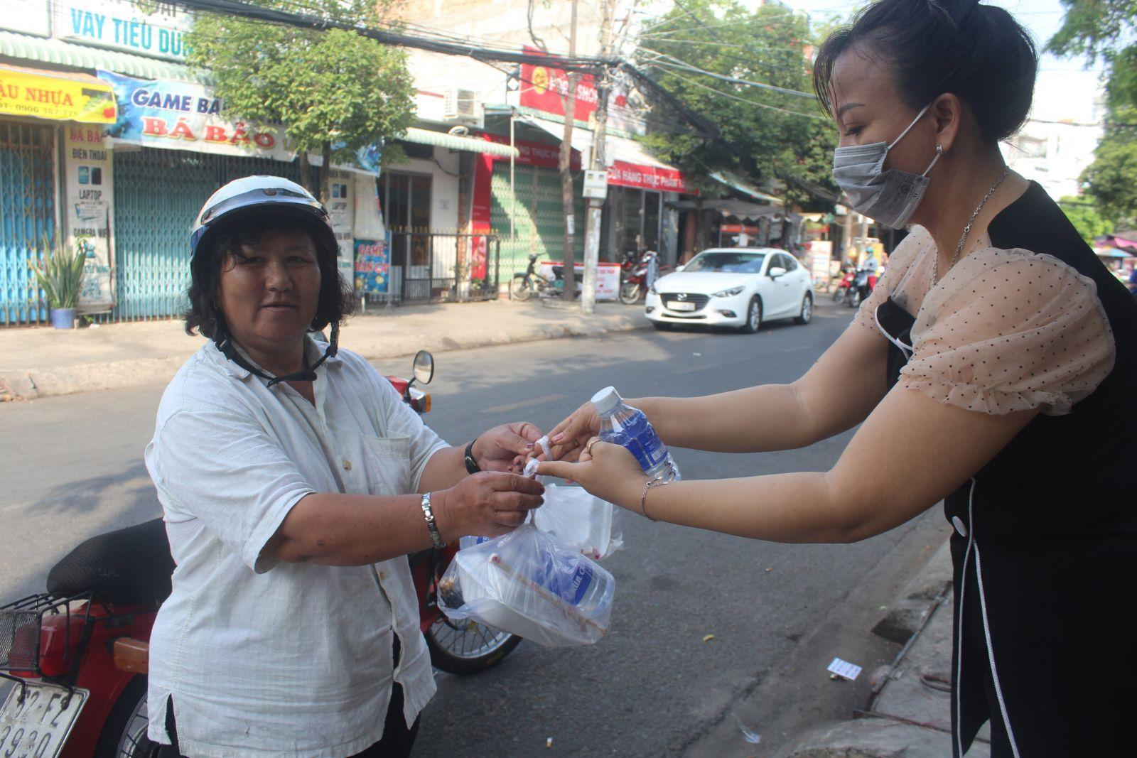 Chị Lê Thị Hoàng Yến phát suất ăn miễn phí cho người nghèo
