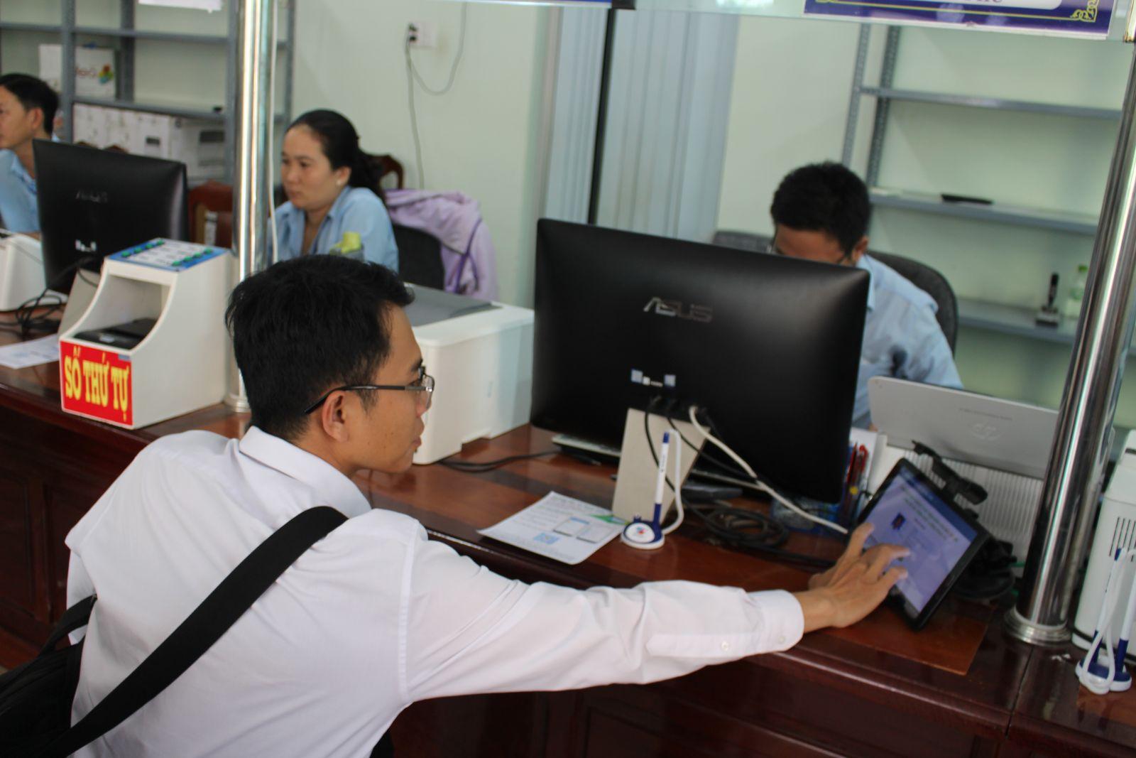 Việc ứng dụng công nghệ thông tin trên địa bàn huyện Cần Giuộc có những đột phá mới, góp phần tạo sự hài lòng cho người dân, doanh nghiệp trong giải quyết thủ tục hành chính