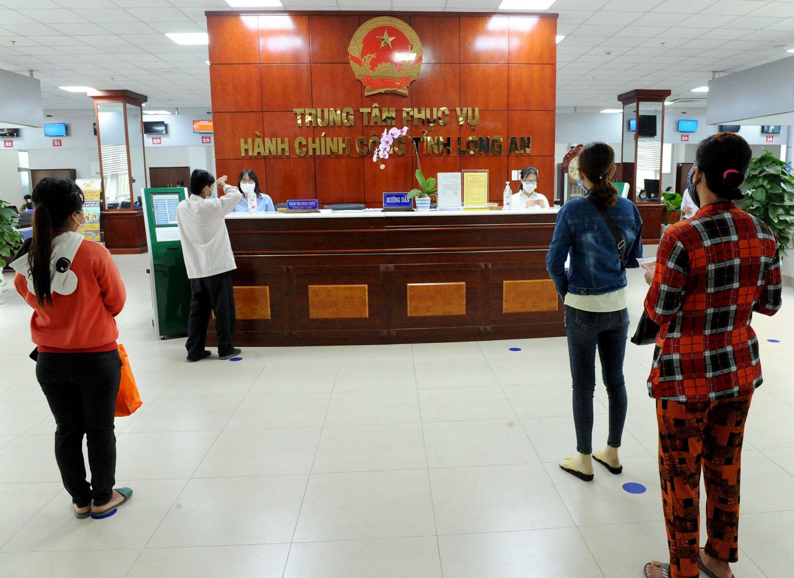 Người dân giữ khoảng cách, đeo khẩu trang tại Trung tâm Phục vụ hành chính công tỉnh