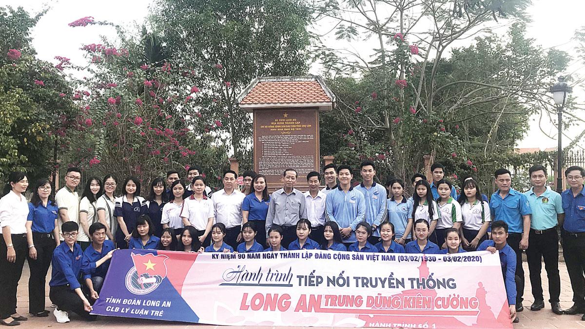 Ban Thường vụ Tỉnh đoàn tổ chức Về nguồn tại Khu di tích Nhà ông Bộ Thỏ (Đức Hòa) - nơi thành lập Chi bộ Đảng Cộng sản đầu tiên của tỉnh Long An