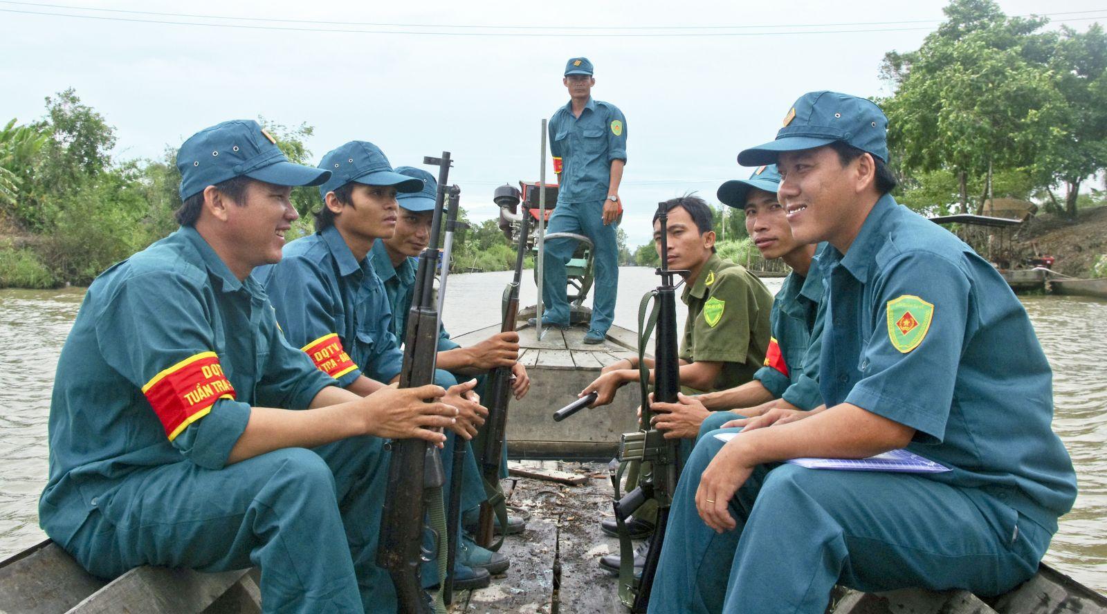 Chiến sỹ DQ Nguyễn Văn Thuận ( bên trái) - Vai em bé trong phim cánh đồng hoang, đang tham gia tuần tra bảo vệ an toàn địa bàn