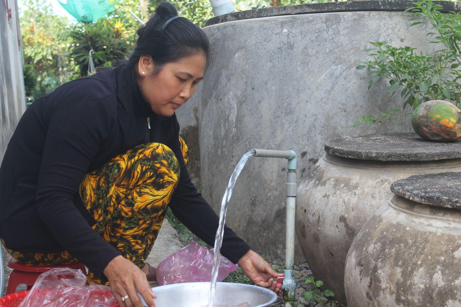 Bà Phạm Thị Oanh vui mừng khi có nước sạch sử dụng vào mùa khô