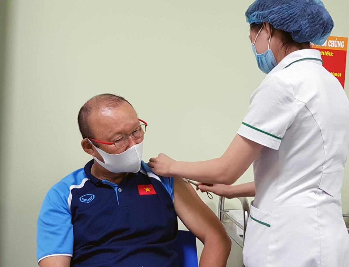HLV Park Hang Seo và các trợ lý ở ĐT Việt Nam được tiêm phòng vaccine Covid-19  (Ảnh: VFF).