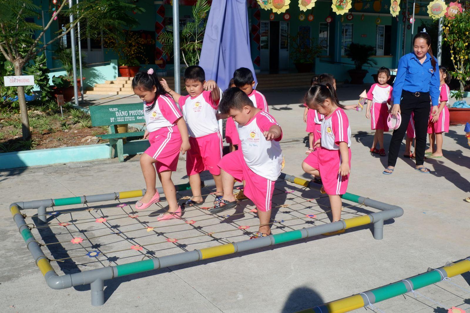 Các em học sinh trong tiết học hoạt động ngoài trời