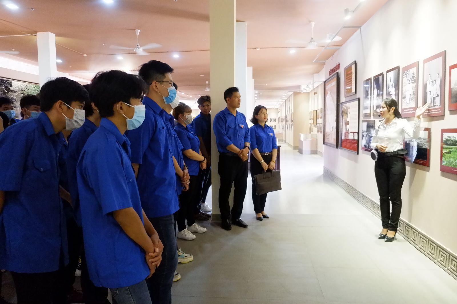 Học sinh Trường Cao đẳng Long An tham quan Khu lưu niệm Luật sư Nguyễn Hữu Thọ