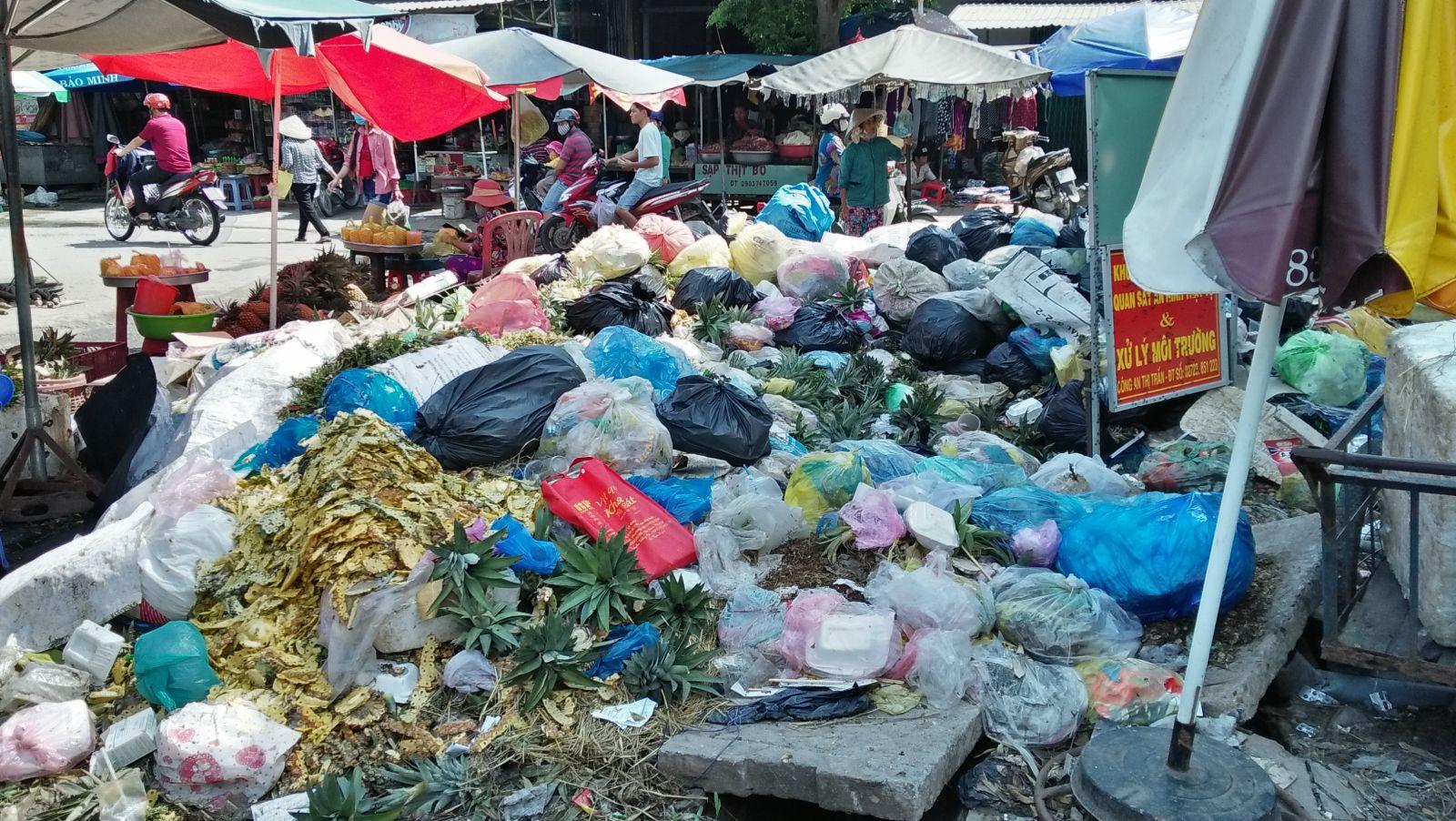 Một số địa điểm bãi đất trống, lề đường hay ở gần chợ vẫn có những đống rác tự phát gây ô nhiễm