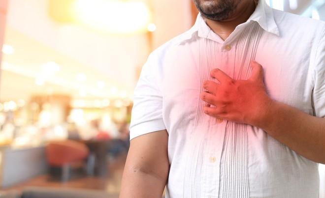 Đau thắt ngực, hay đau ngực và khó chịu, là triệu chứng phổ biến nhất của bệnh động mạch vành. Ảnh minh họa: SHUTTERSTOCK