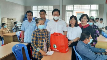 Phó Chủ tịch UBND tỉnh Long An tặng quà cho hộ nghèo TP.Tân An