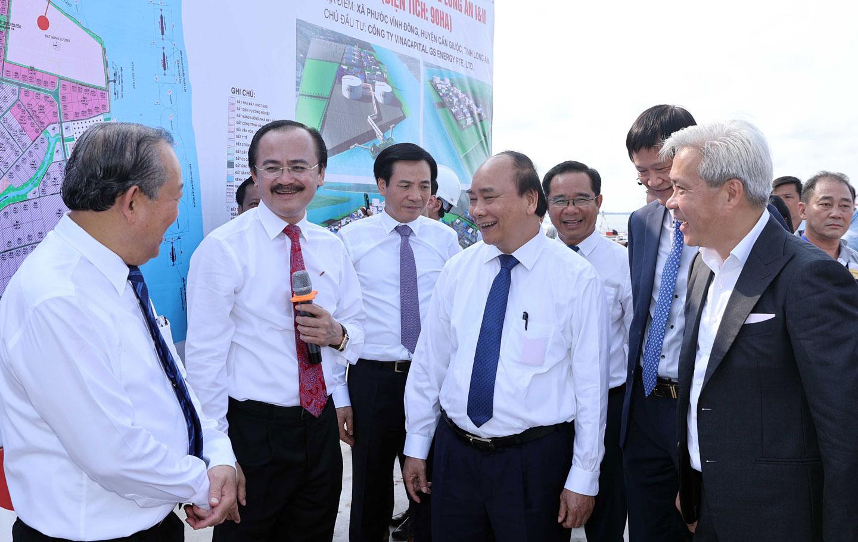 Chủ tịch nước - Nguyễn Xuân Phúc (thứ 4, từ trái qua) khảo sát địa điểm xây dựng dự án Điện khí LNG Long An I và II