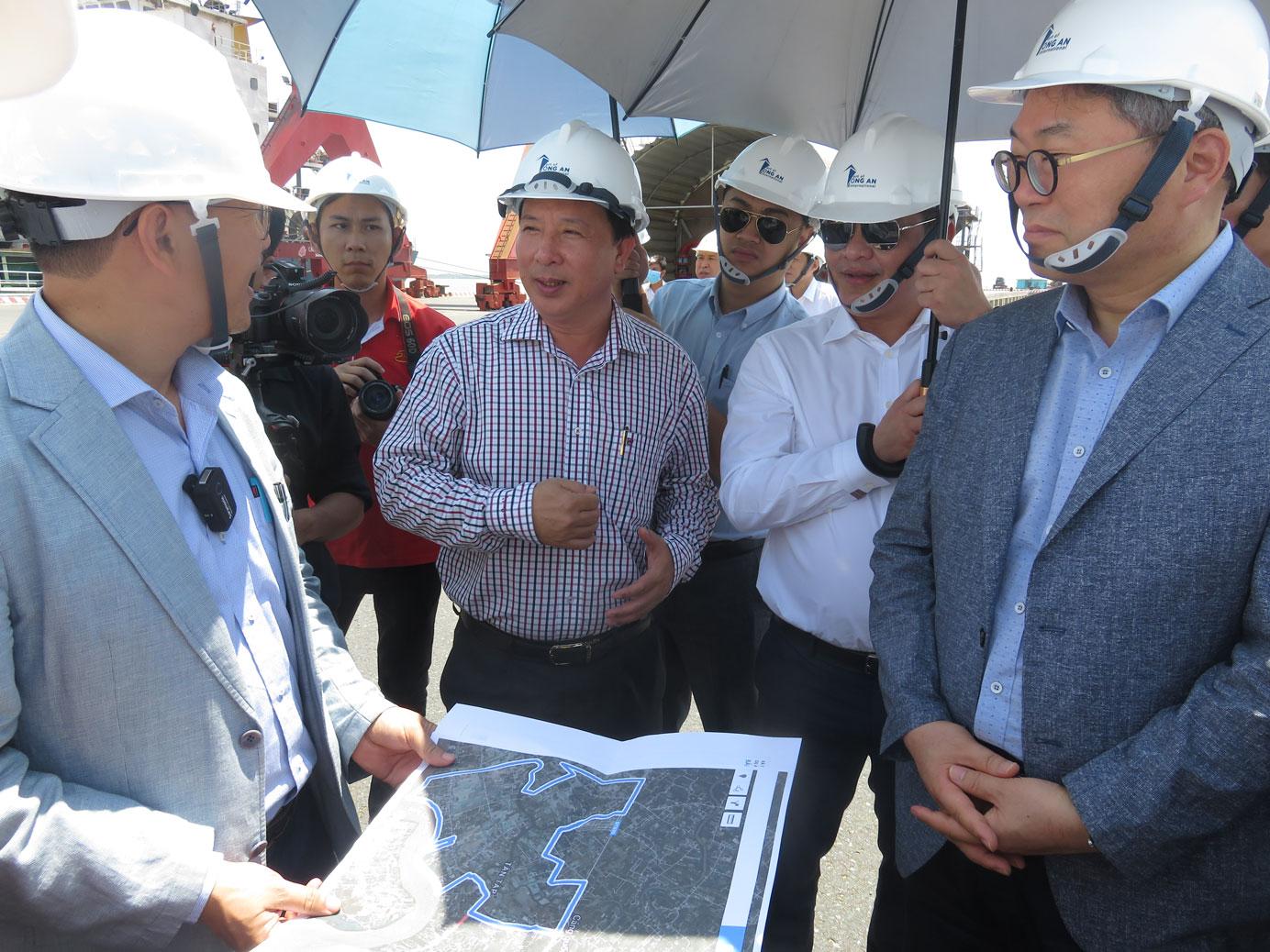 Chủ tịch UBND tỉnh - Nguyễn Văn Út (đứng giữa) cùng Đoàn Cơ quan hợp tác quốc tế Hàn Quốc (KOICA), doanh nghiệp Hàn Quốc khảo sát một số dự án công nghiệp trọng điểm của huyện Cần Giuộc