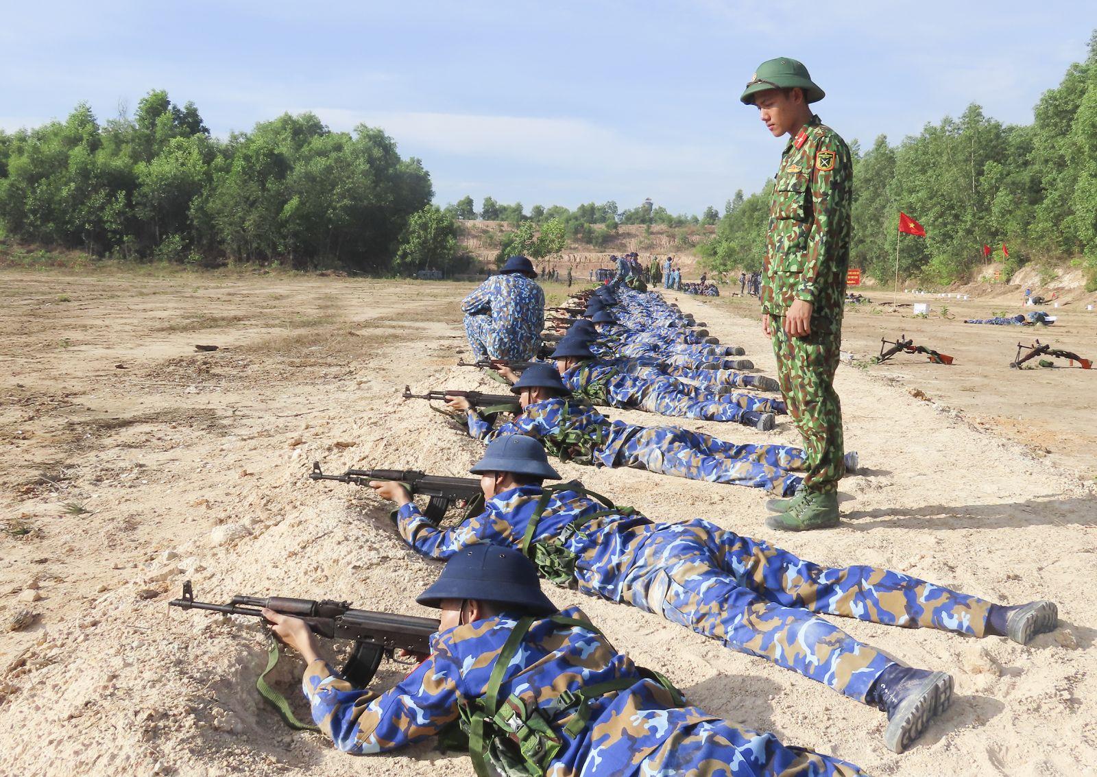 Chiến sĩ mới luyện tập bắn bài 1 súng tiểu liên AK