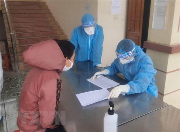 Khai báo y tế và lấy mẫu xét nghiệm người Việt Nam trở về từ nước ngoài được cách ly tại Trung đoàn 855, Bộ Chỉ huy Quân sự tỉnh Ninh Bình. (Ảnh: Thùy Dung/TTXVN)
