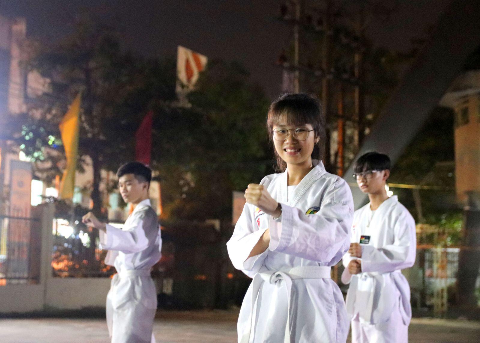 Em Phan Võ Quyên Nhi, học sinh lớp 10, Trường THPT Tân An, cũng có niềm đam mê đặc biệt với võ thuật