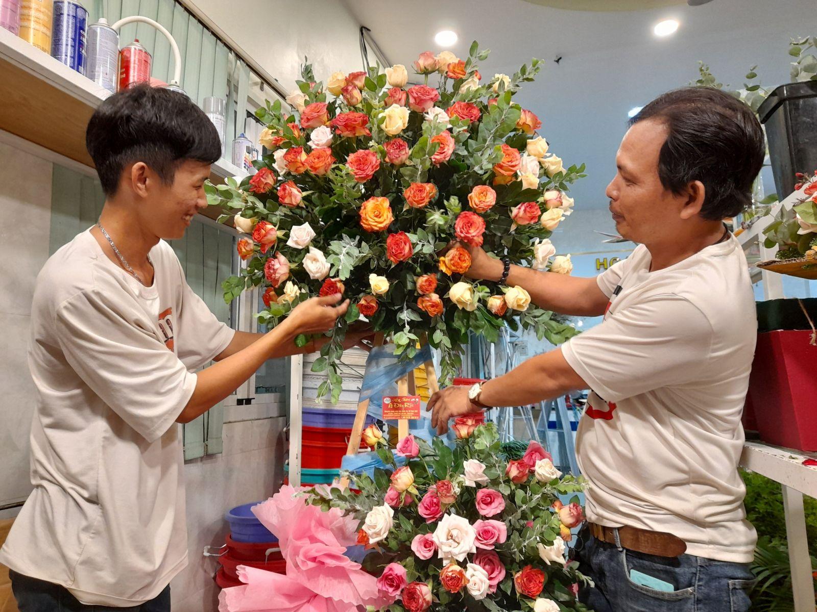 Với nghề cắm hoa, không quan trọng là nam hay nữ, chỉ cần có một chút năng khiếu và nhiều lòng đam mê, sự kiên trì, nỗ lực học hỏi không ngừng