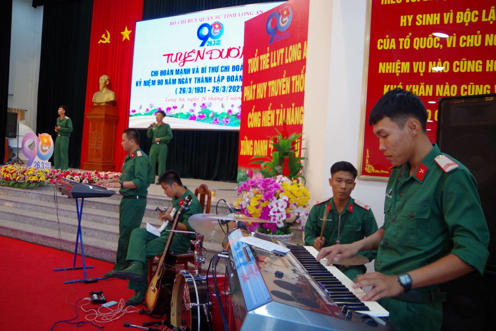 Đội văn nghệ chiến sĩ biểu diễn phục vụ trong lễ tuyên dương Đoàn do Bộ Chỉ huy Quân sự tỉnh tổ chức