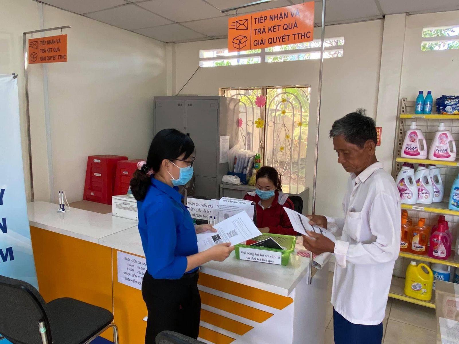 Đoàn viên, thanh niên xã An Lục Long phát tờ rơi và hướng dẫn cho người dân cách sử dụng dịch vụ công trực tuyến