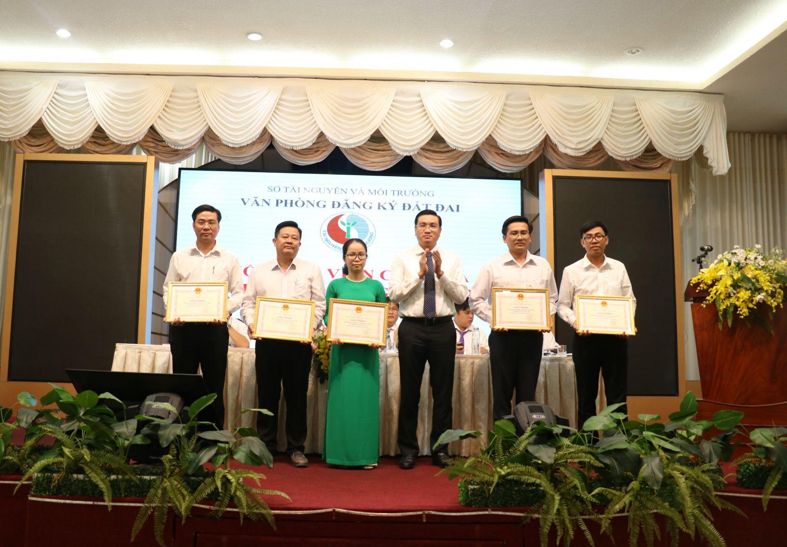 Nhiều cá nhân, tập thể của Văn phòng Đăng ký đất đai được khen thưởng vì hoàn thành xuất sắc nhiệm vụ