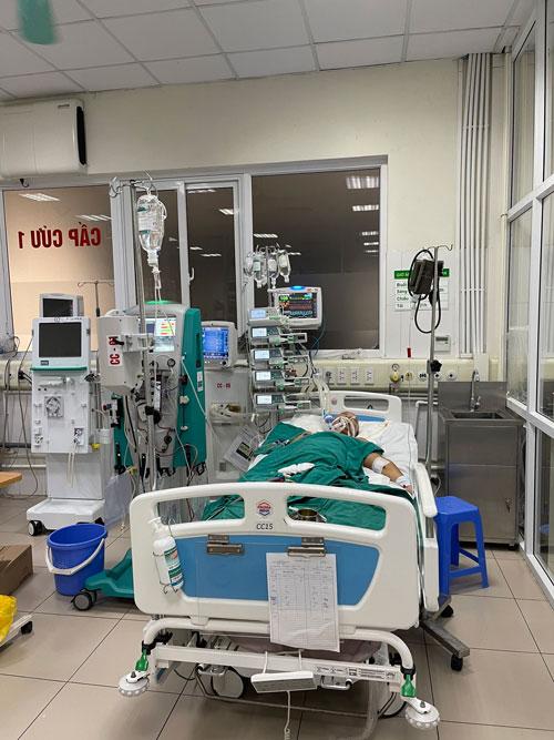 Một trường hợp nguy kịch cấp cứu tại Bệnh viện Bệnh nhiệt đới trung ương sau khi uống thuốc nam trôi nổi quảng cáo qua mạng, Ảnh: Hải Anh