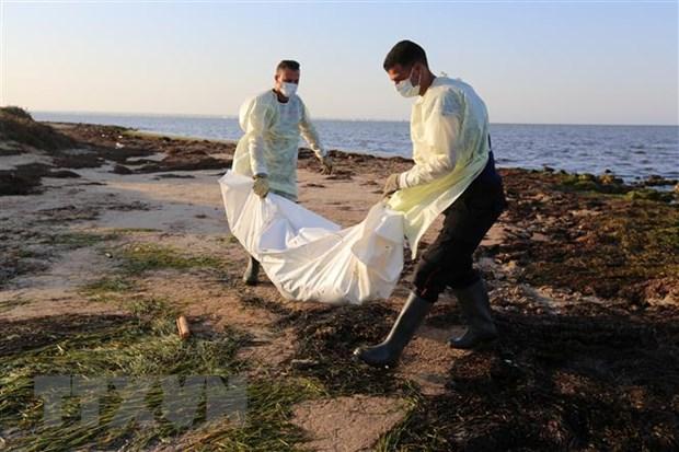 Nhân viên Cơ quan bảo vệ dân sự Tunisia chuyển thi thể người di cư thiệt mạng do chìm thuyền tại Zarzis, ngày 16/7/2019. (Ảnh: AFP/ TTXVN)