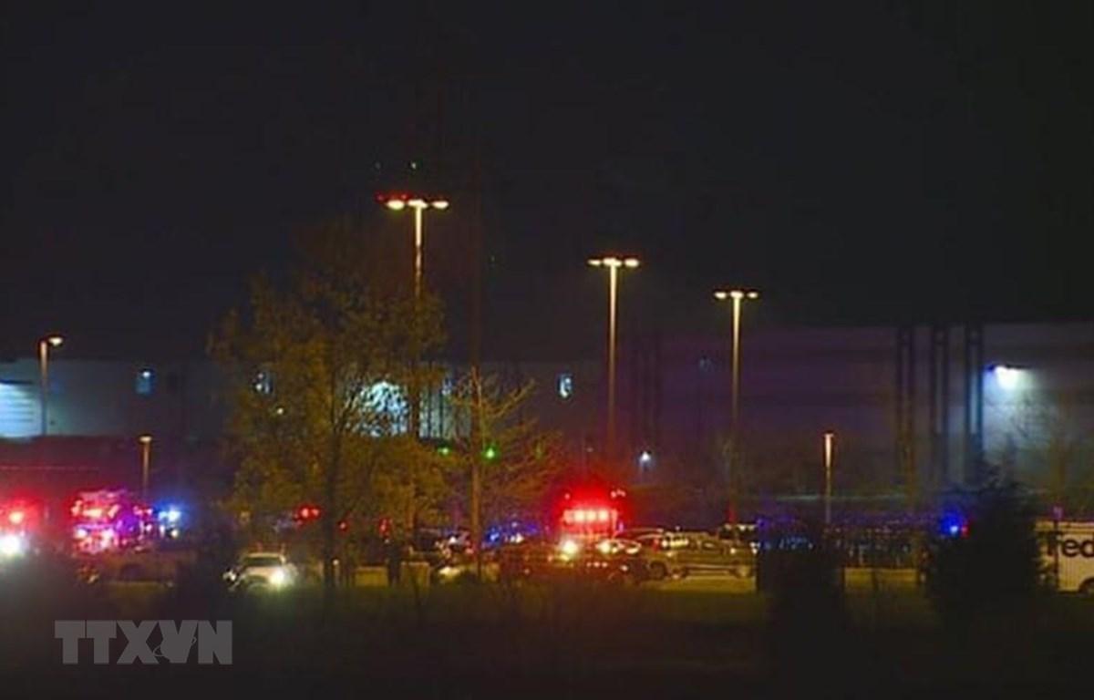Hiện trường vụ xả súng tại văn phòng của Hãng vận chuyển quốc tế Fedex ở thành phố Indianapolis, Mỹ, ngày 15/4/2021. (Ảnh: AP/TTXVN)