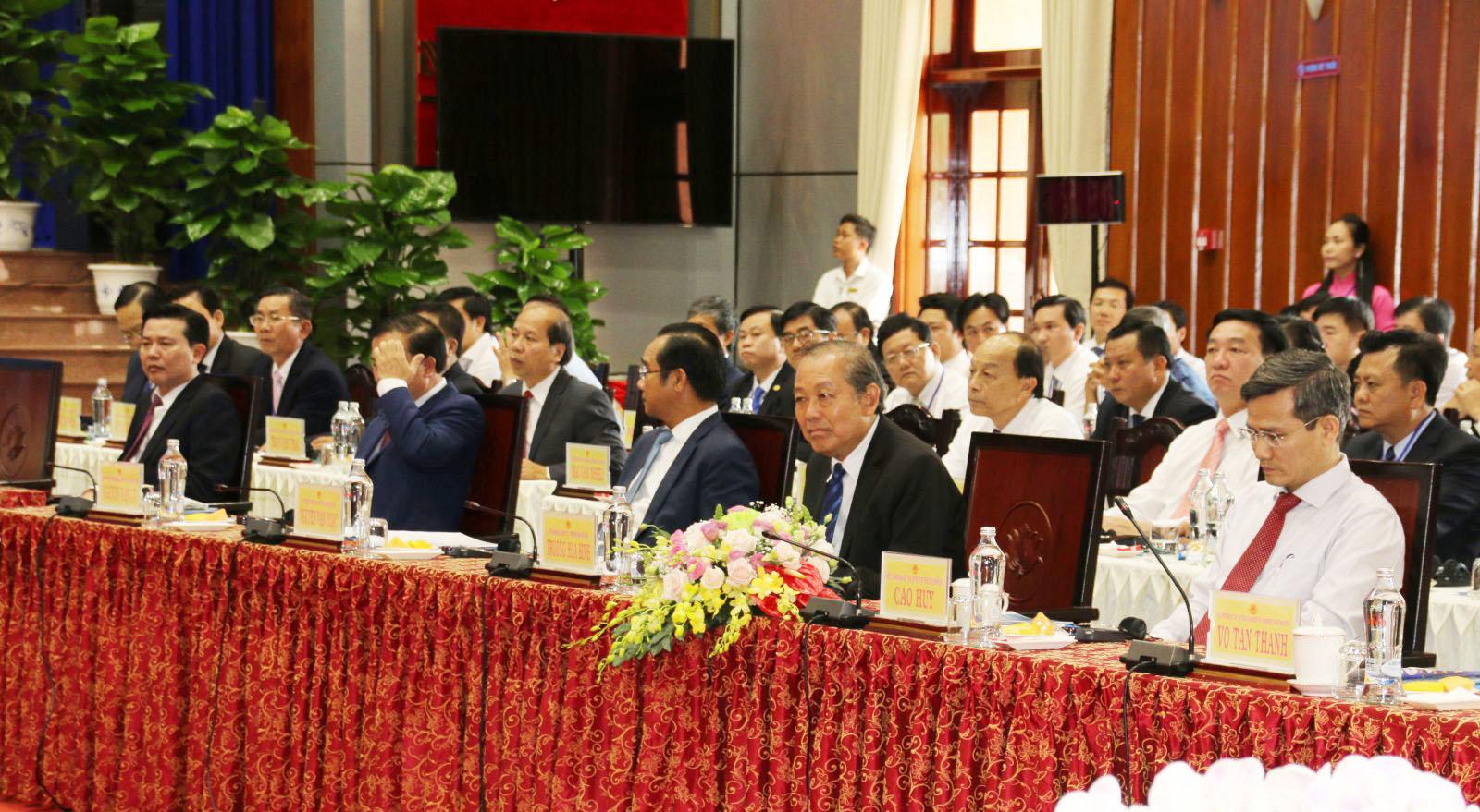 Phó Thủ tướng Thường trực Chính phủ - Trương Hòa Bình (hàng đầu, thứ 2, từ phải qua) dự tọa đàm