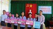 Sở Thông tin và Truyền thông Long An tặng sách tại huyện Vĩnh Hưng