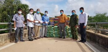 Trao quà hỗ trợ người dân nghèo Campuchia nhân dịp Tết cổ truyền