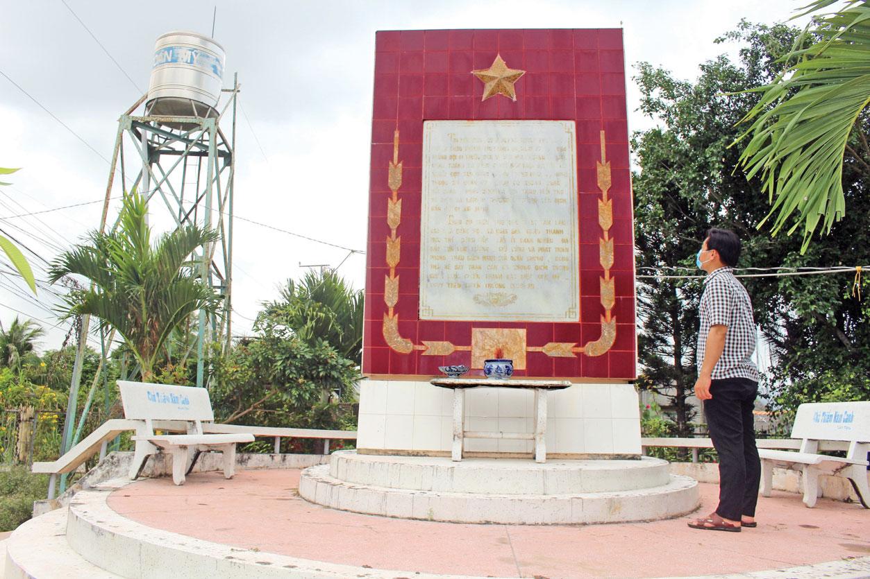 Bia chiến thắng Cù Tròn (ấp Tân Long, xã Thanh Phú Long) là một địa chỉ đỏ, nhắc nhở thế hệ trẻ về truyền thống cách mạng của ông cha ta