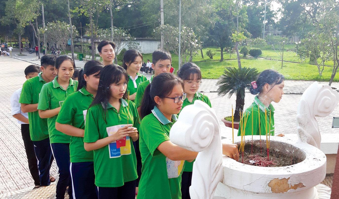 Học sinh  dâng hương tại tượng đài đồng chí  Võ Văn Tần