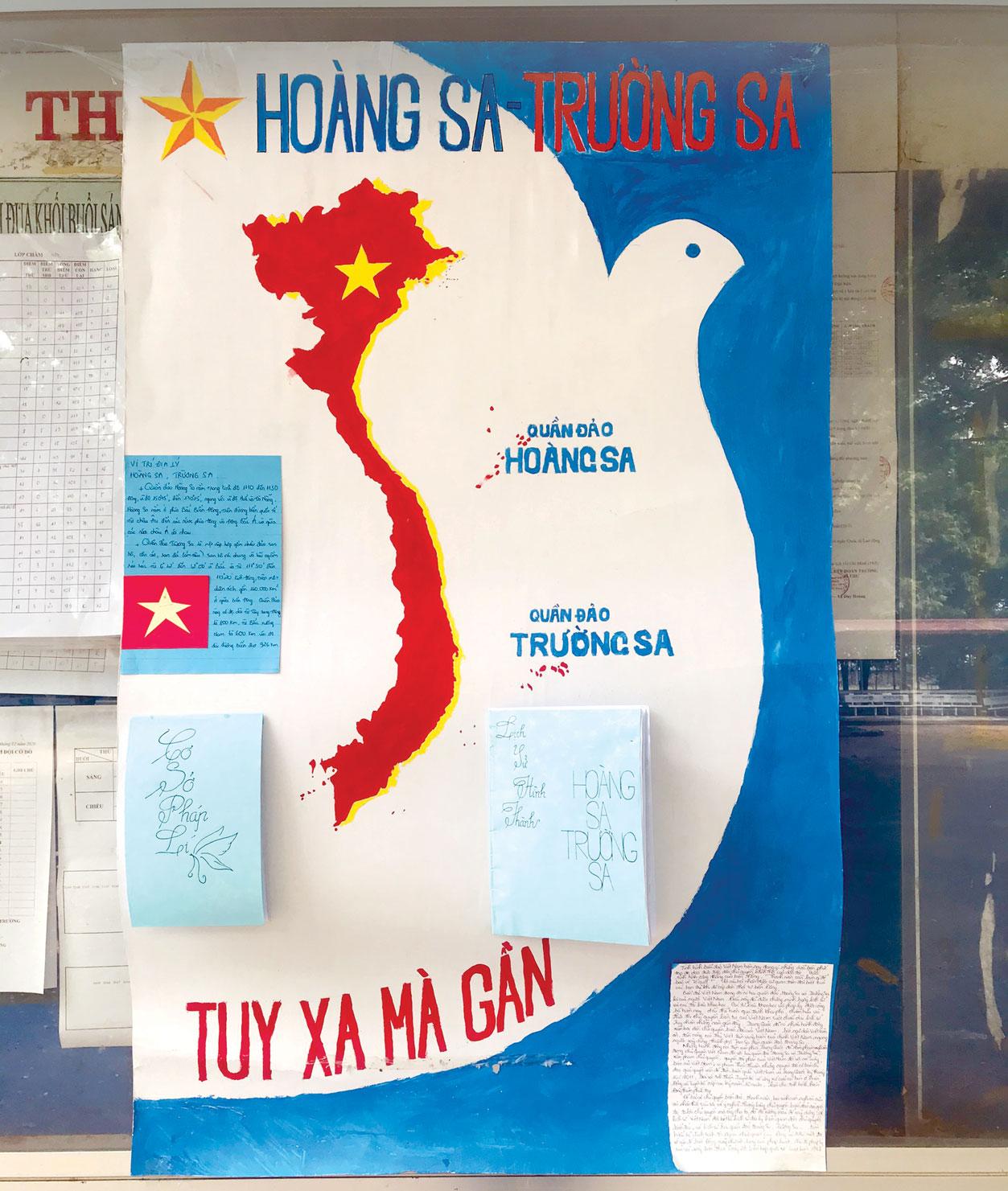 Góc tuyên truyền, trong đó có nội dung về biển, đảo tại Trường THPT Đức Hòa