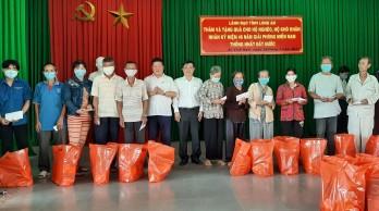 Phó Bí thư Thường trực Tỉnh ủy thăm, tặng quà cho gia đình chính, hộ nghèo