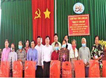 Phó Bí thư Thường trực Tỉnh ủy tặng quà cho người nghèo huyện Châu Thành