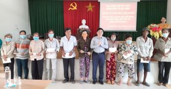 Đại biểu Quốc hội Nguyễn Tuấn Anh tặng quà gia đình có hoàn cảnh đặc biệt khó khăn tại TP.Tân An
