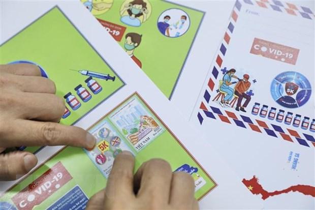 Người sưu tập tem đến mua, sử dụng bộ tem mới được phát hành. (Ảnh: Minh Quyết/TTXVN)