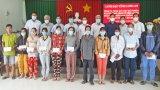 Phó Bí thư Thường trực Tỉnh ủy tặng quà cho các hộ nghèo tại TP.Tân An