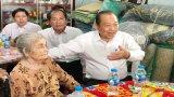 Phó Thủ tướng Trương Hòa Bình thăm gia đình chính sách huyện Bến Lức